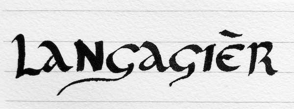 Une photo du mot langagièr, que j'ai écrit dans un style calligraphique.