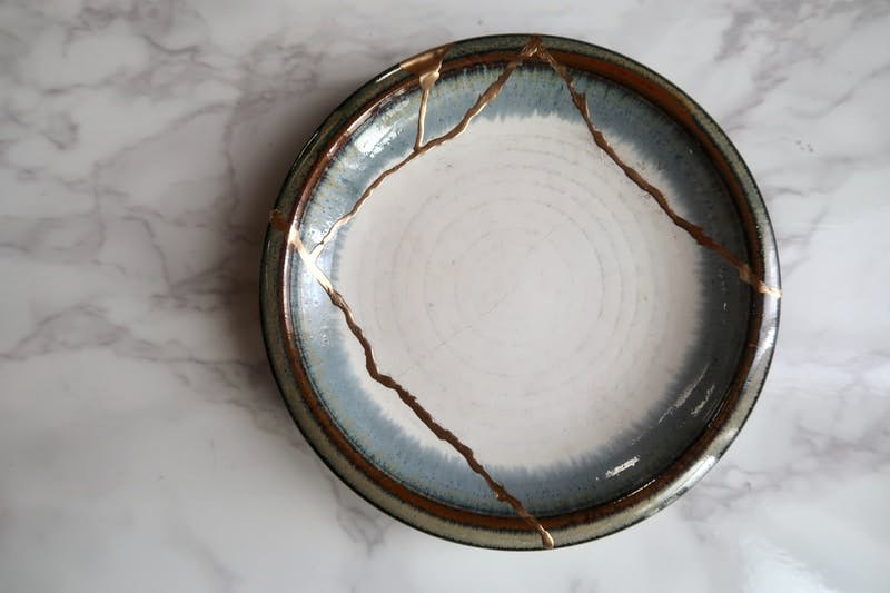 round brown and white ceramic plate